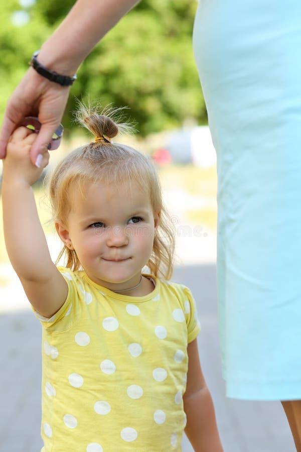 Het glimlachen het grappige portret van de de moederhand van de meisje openluchtholding royalty-vrije stock afbeeldingen