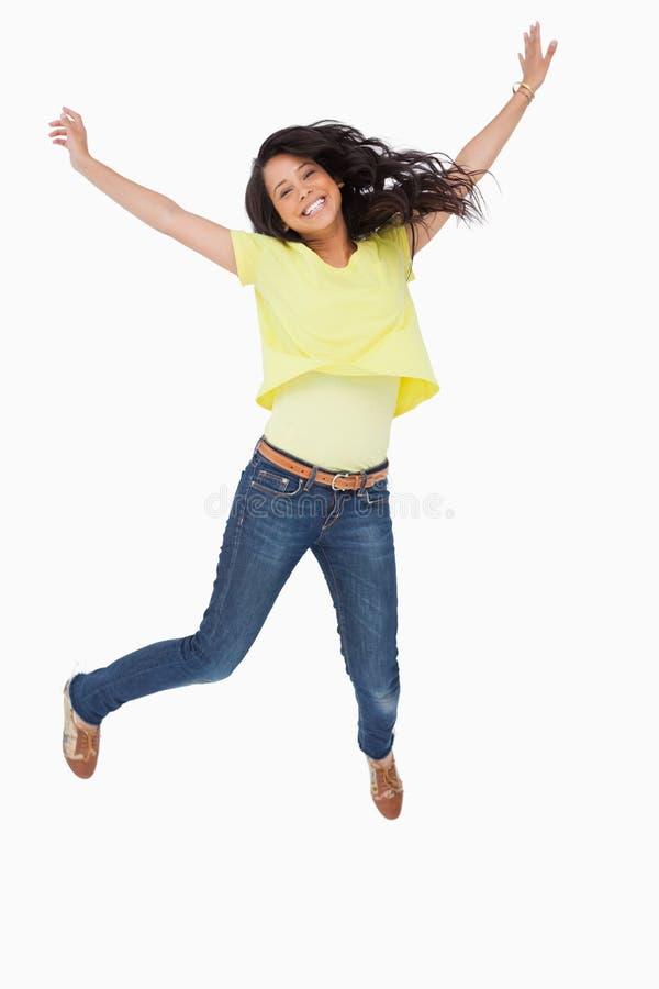 Het glimlachen het Latijnse student springen royalty-vrije stock foto