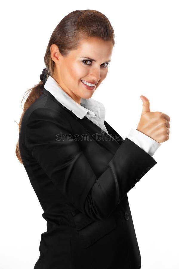 Het glimlachen het moderne bedrijfsvrouw beduimelt tonen omhoog Duitsland royalty-vrije stock afbeelding