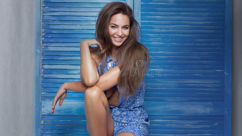 Het glimlachen het mooie vrouw stellen stock fotografie