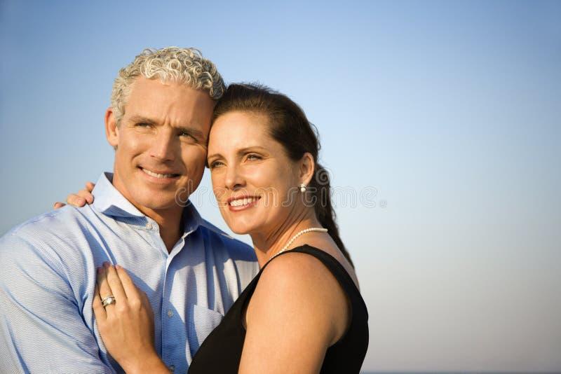 Het glimlachen het Omhelzen van het Paar stock afbeelding