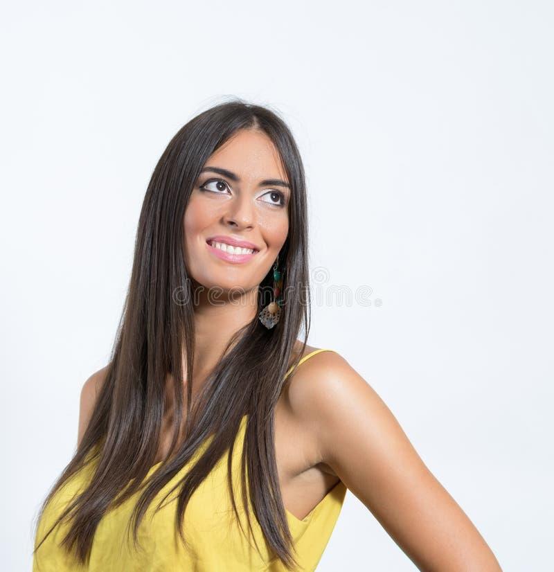 Het glimlachen het schitterende schoonheid model kijken omhoog met copyspace stock fotografie