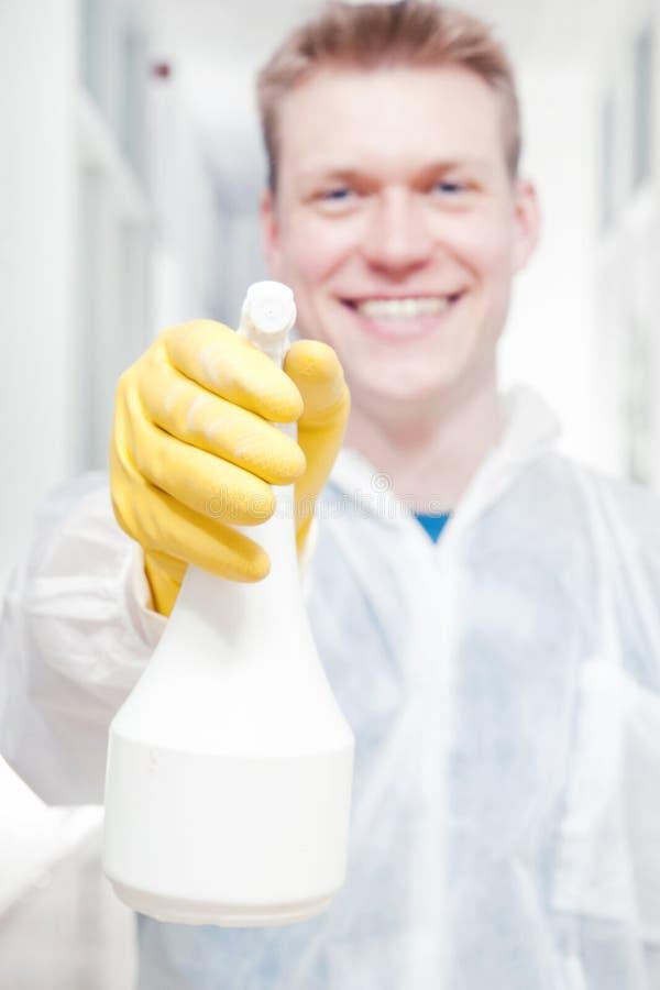 Het glimlachen het schonere mens richten stock foto