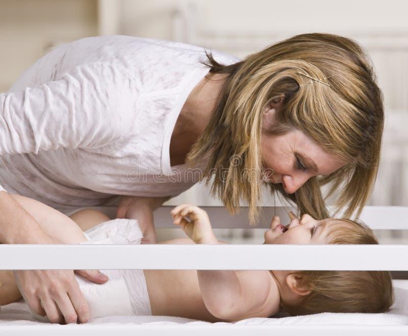 Het glimlachen het Spelen van de Moeder met Baby royalty-vrije stock fotografie