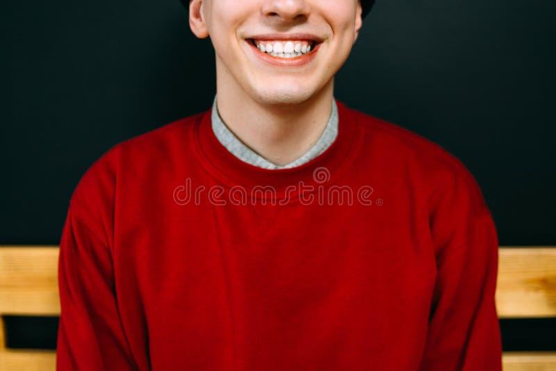 Het glimlachen hipster het modieuze toevallige rood van het mensenportret stock afbeelding