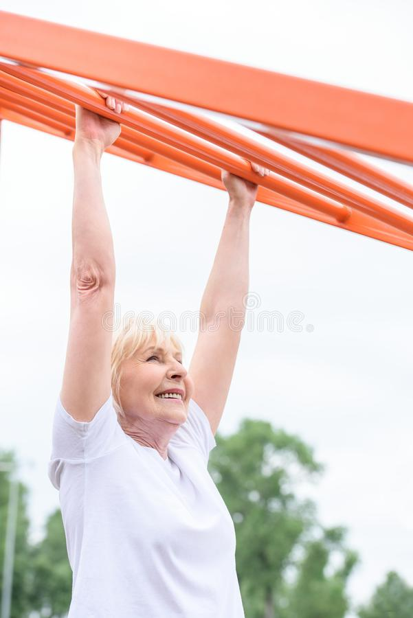 het glimlachen het hogere sportvrouw uitoefenen stock foto's