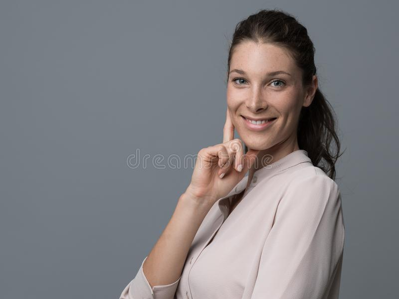 Het glimlachen jong vrouwenportret royalty-vrije stock foto's