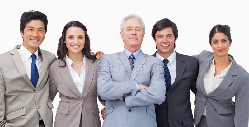 Het glimlachen jonge businessteam met hun mentor royalty-vrije stock afbeelding