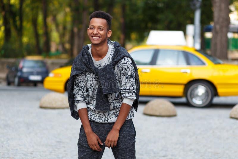 Het glimlachen jonge mensen gemengde race die zich buiten op straat bevinden Portret die van de gelukkige mens zich buiten op str royalty-vrije stock fotografie