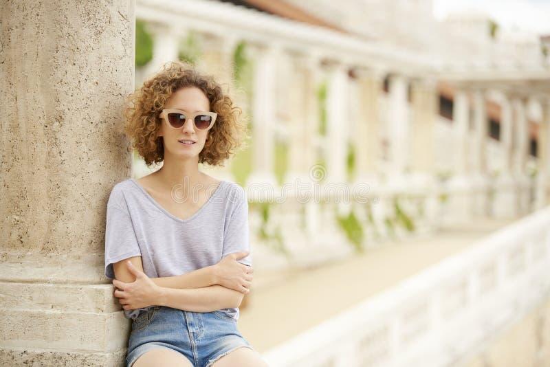 Het glimlachen jonge vrouwelijke openlucht royalty-vrije stock afbeeldingen