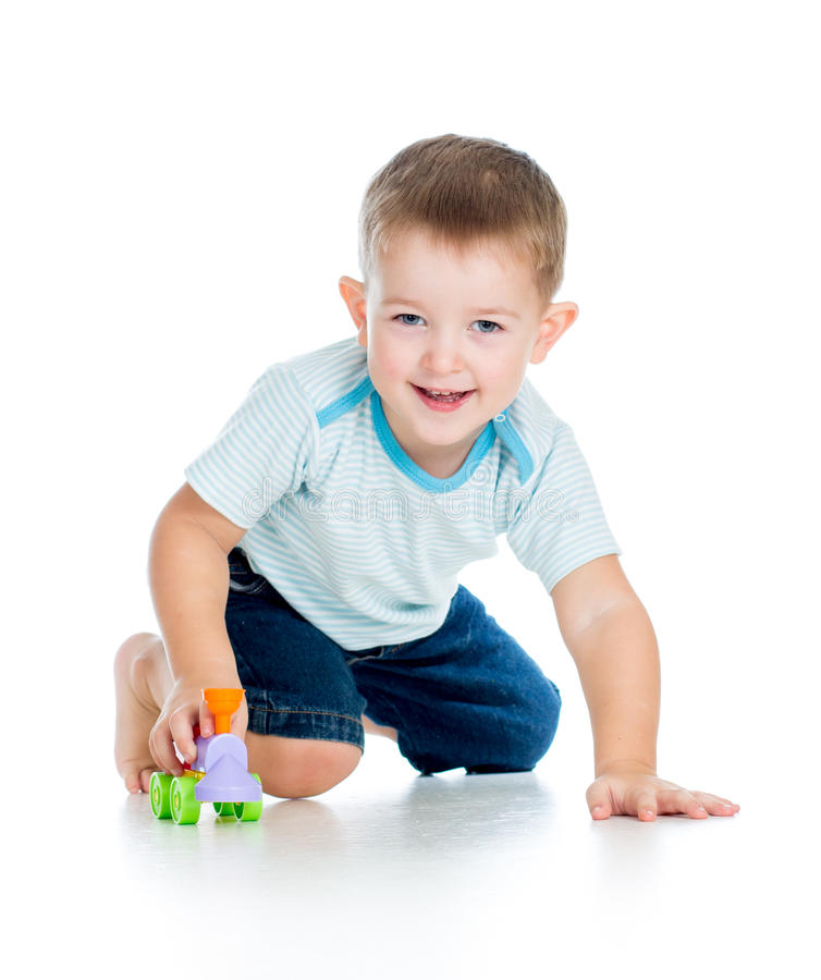 Het glimlachen jongensjong geitje het spelen met stuk speelgoed stock foto's