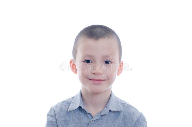 Het glimlachen Jongensportret op Witte Achtergrond wordt geïsoleerd die gelukkinderjaren voor leuk aanbiddelijk kindgezicht stock afbeelding