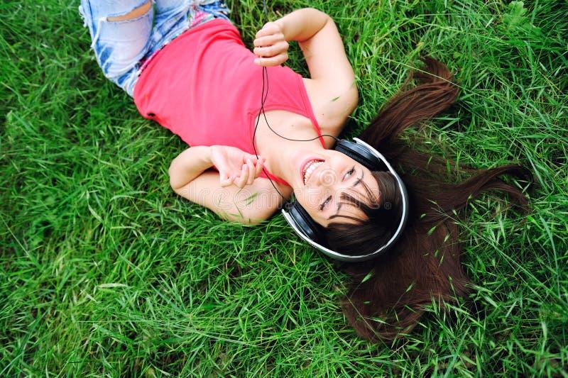 Download Het Glimlachen Meisje Het Luisteren Muziek. Stock Afbeelding - Afbeelding bestaande uit luister, vrijheid: 29509921