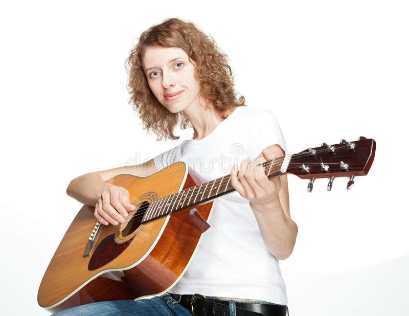 Het glimlachen meisje het spelen op gitaar stock foto