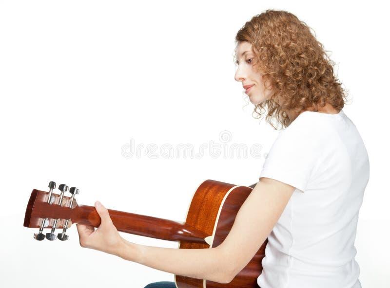 Het glimlachen meisje het spelen op gitaar royalty-vrije stock afbeelding