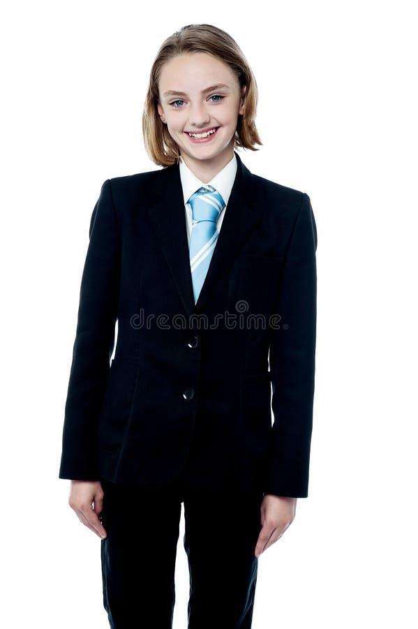 Het glimlachen meisje het stellen in pak stock afbeeldingen