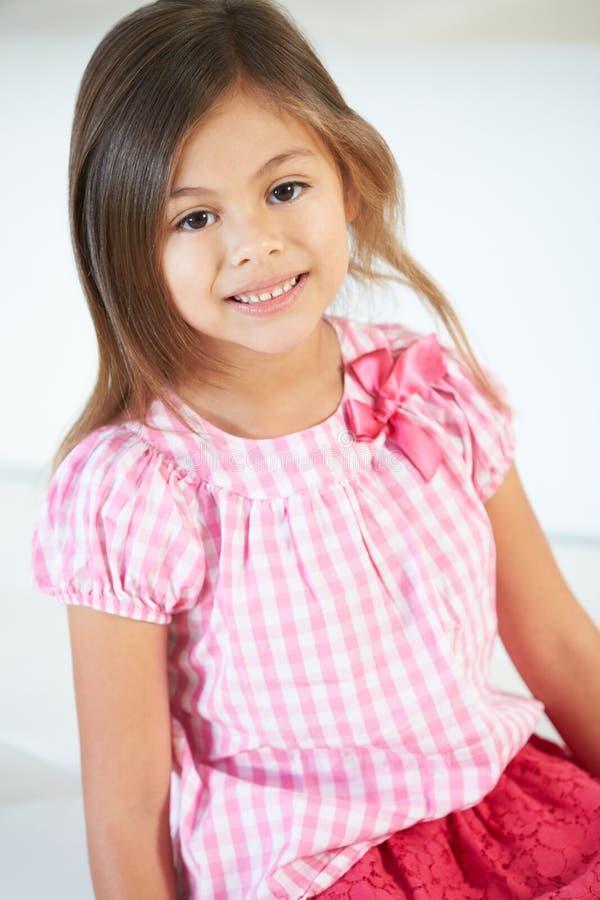 Het glimlachen Meisjeszitting op Bank royalty-vrije stock afbeeldingen