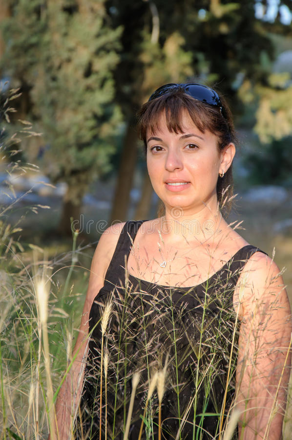 Het glimlachen mooi brunette in een bos stock foto's