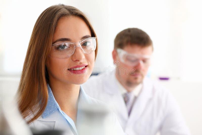 Het glimlachen het mooie portret van de technicusvrouw stock fotografie