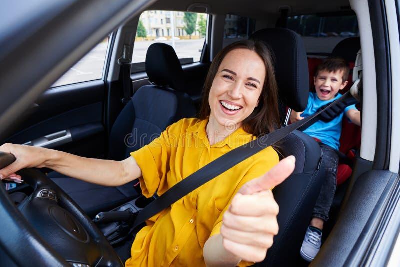 Het glimlachen mum drijvend een auto stock fotografie