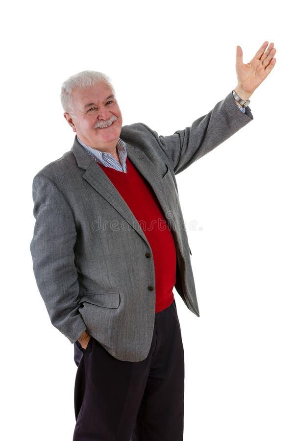 Het glimlachen ontspande de gelukkige hogere mens met opgeheven wapen stock foto
