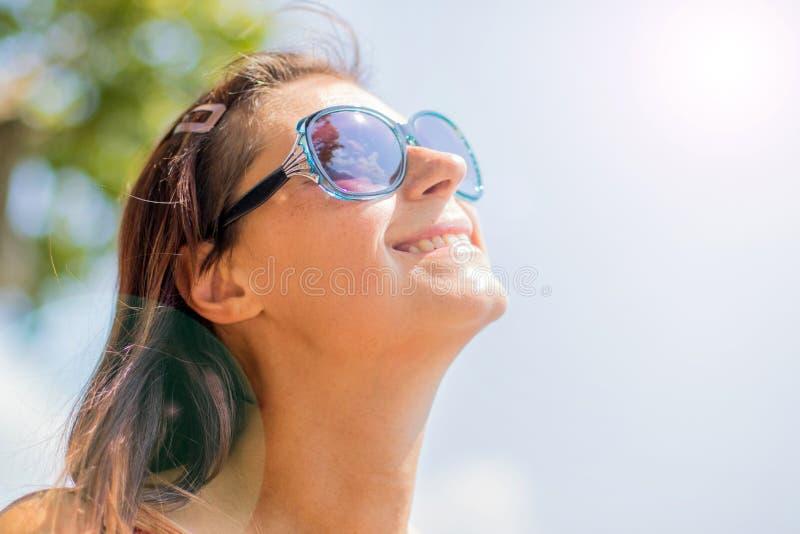 Het glimlachen ontspande het jonge blonde kijken de zon royalty-vrije stock fotografie