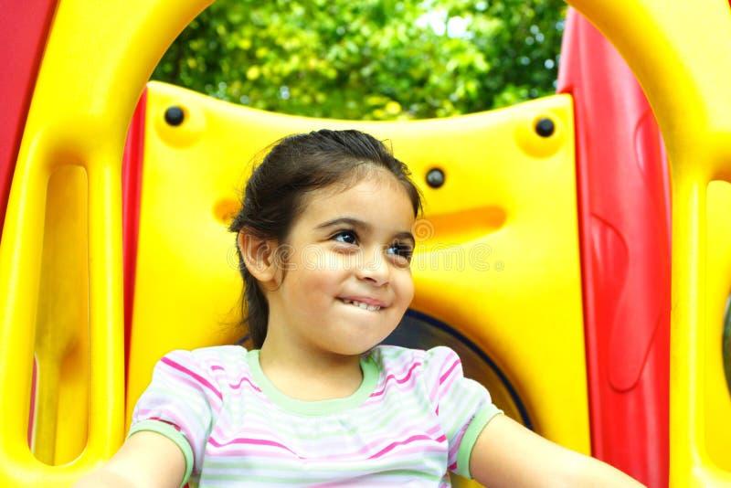 Het glimlachen op een speelplaats stock fotografie