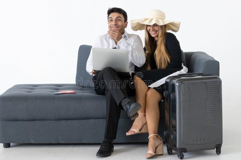Het glimlachen paar zitting en planningsvakantiesreis De vakantieconcept van de zomer stock afbeelding