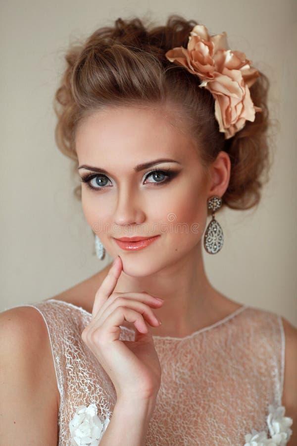 Het glimlachen portret van de bruid stock fotografie