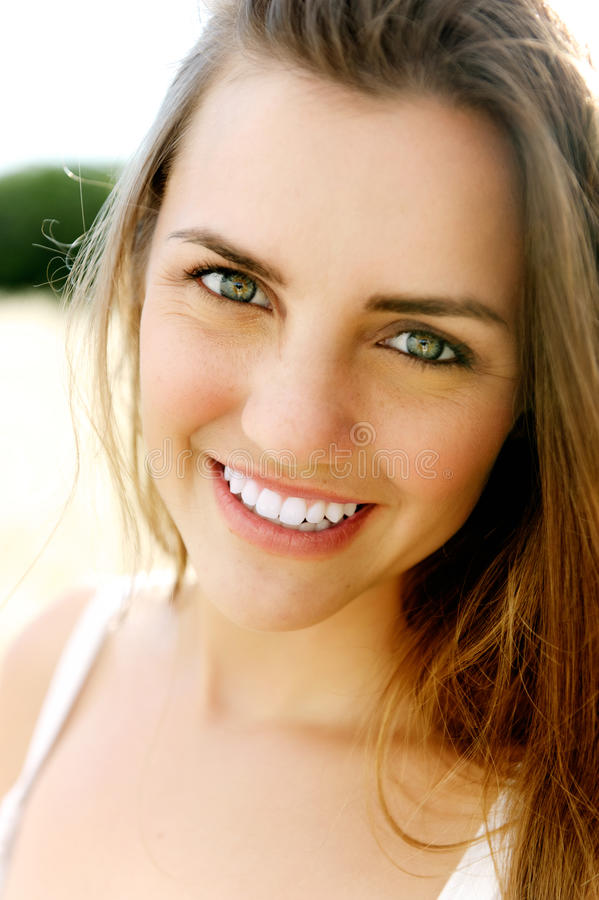 Het glimlachen portret van een schitterende jonge vrouw royalty-vrije stock foto's