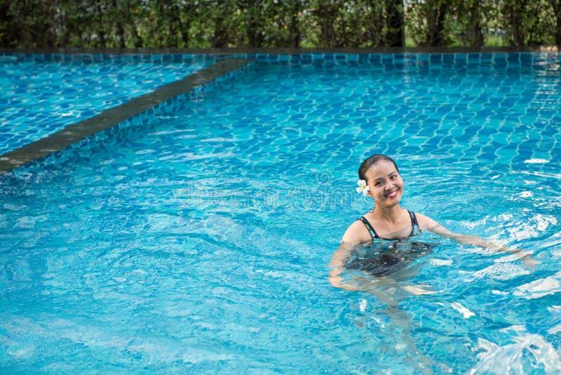 Het glimlachen portret van mooie vrouw in zwembad, Mooi y stock foto's
