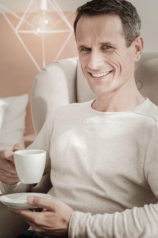 Het glimlachen prettige mensenzitting en het hebben van rust stock afbeeldingen