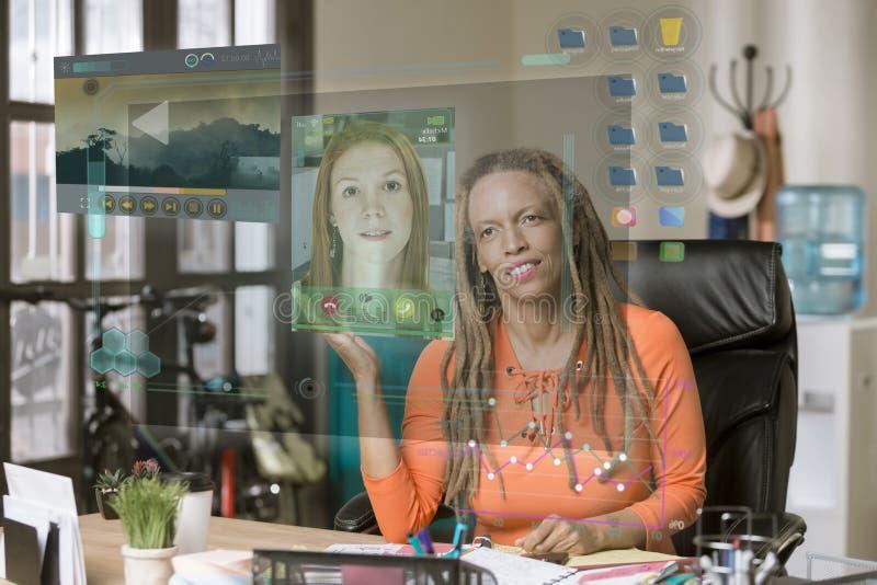 Het glimlachen Professionele Vrouw het Bekijken Vraag op een Futuristische Computer stock fotografie