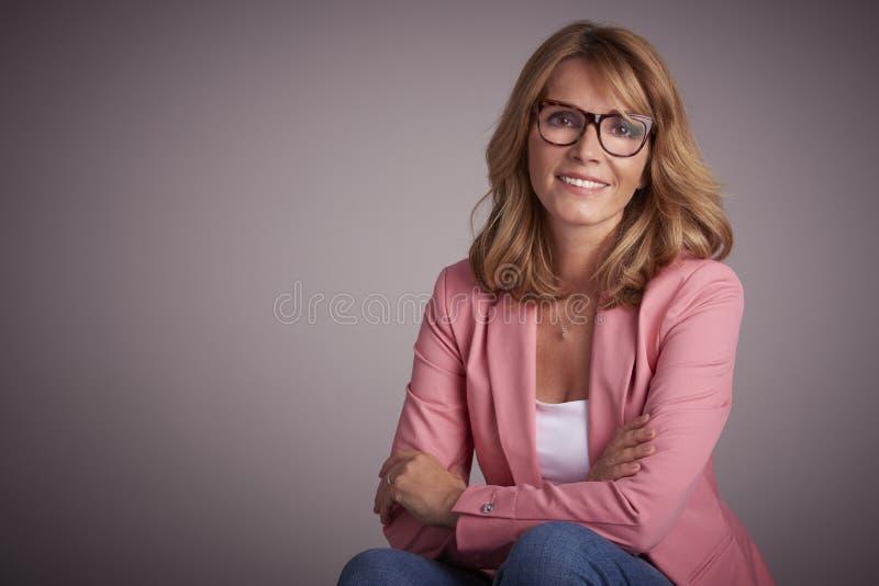 Het glimlachen het rijpe portret van de vrouwenstudio stock foto