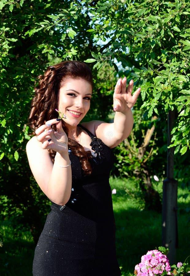 Het glimlachen schoonheid in een tuin royalty-vrije stock afbeelding