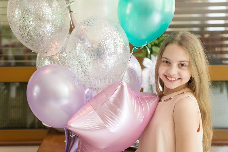 Het glimlachen Schoonheid Het meisje met ballons viert verjaardag in koffie De partij van de verjaardag Idee?n hoe te om verjaard royalty-vrije stock afbeelding