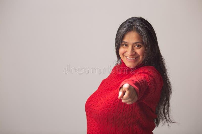 Het glimlachen Spaanse Vrouwenpunten aan Camera royalty-vrije stock afbeeldingen