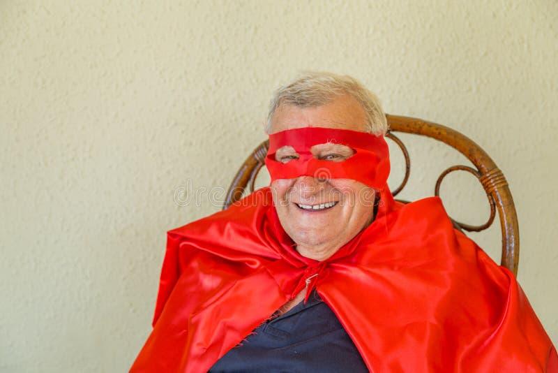 Het glimlachen superherozitting royalty-vrije stock foto
