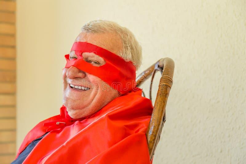 Het glimlachen superherozitting royalty-vrije stock fotografie