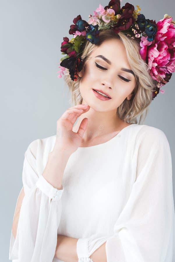 het glimlachen het tedere meisje stellen in bloemenkroon met mooie vlinder royalty-vrije stock afbeeldingen