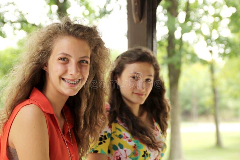 Het glimlachen tienerjaren stock afbeeldingen