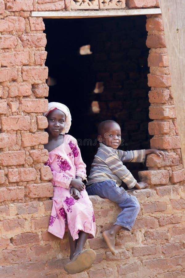 Het glimlachen van Afrikaanse jonge geitjes van Oeganda stock afbeelding
