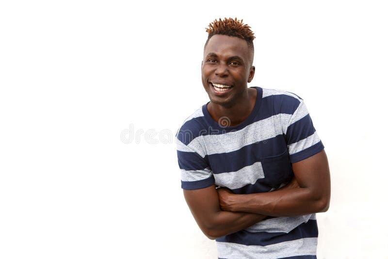 Het glimlachen van Afrikaanse kerel in gestreepte t-shirt die zich tegen witte achtergrond bevinden royalty-vrije stock foto's