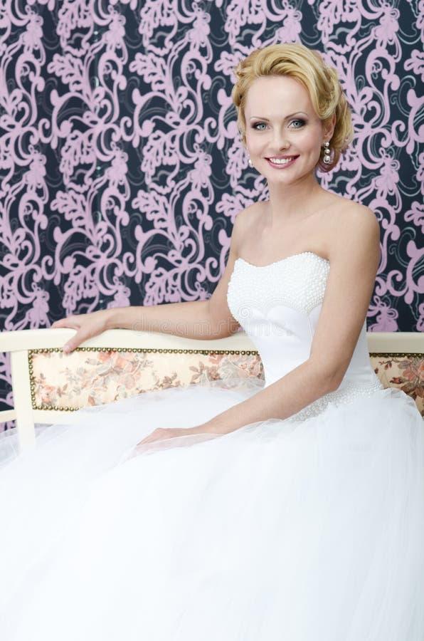 Het glimlachen van de bruid. Verouderd midden stock foto's