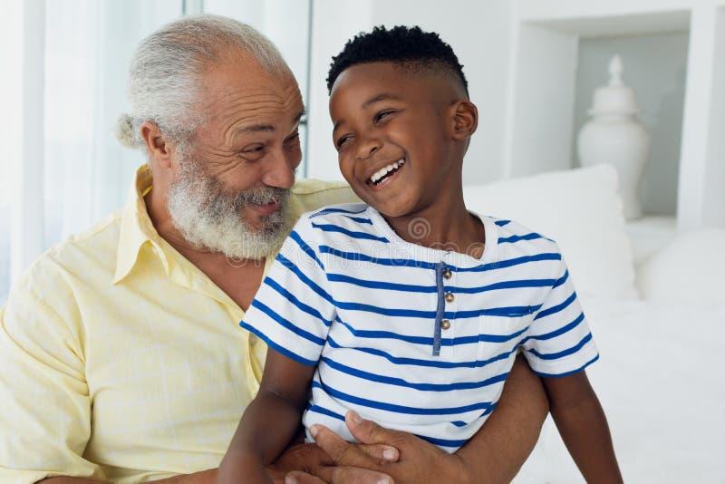 Het glimlachen van de grootvader en van de kleinzoon stock afbeelding
