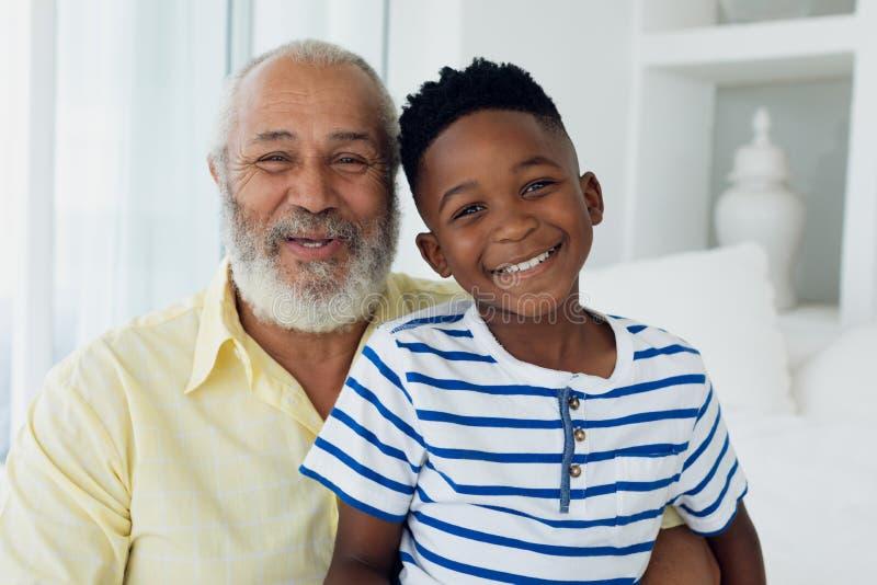 Het glimlachen van de grootvader en van de kleinzoon royalty-vrije stock foto's