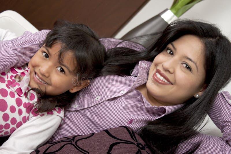 Het glimlachen van de moeder en van het meisje stock afbeeldingen