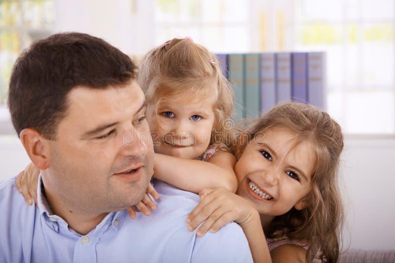 Het glimlachen van de vader en van dochters royalty-vrije stock foto's