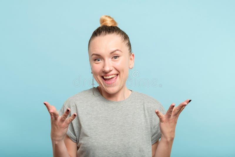 Het glimlachen van het gebaarhanden van de vreugdevrouw de emotieuitdrukking royalty-vrije stock fotografie