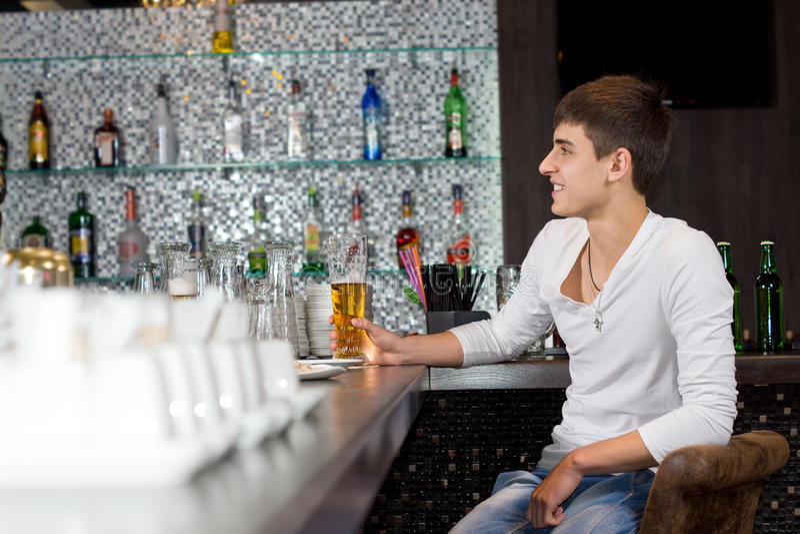 Het glimlachen van gelukkig mens het drinken bier in een bar royalty-vrije stock foto's